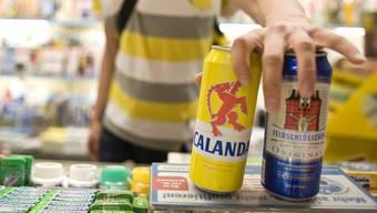 Jugendliche in Basel erhalten weniger leicht Alkohol, wie Testkäufe zeigen. (Symbolbild)