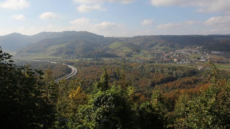 Blick vom Habsburger Schlossplatz Richtung Schenkenbergertal auf die Autobahn A3 und die Gemeinde Villnachern.