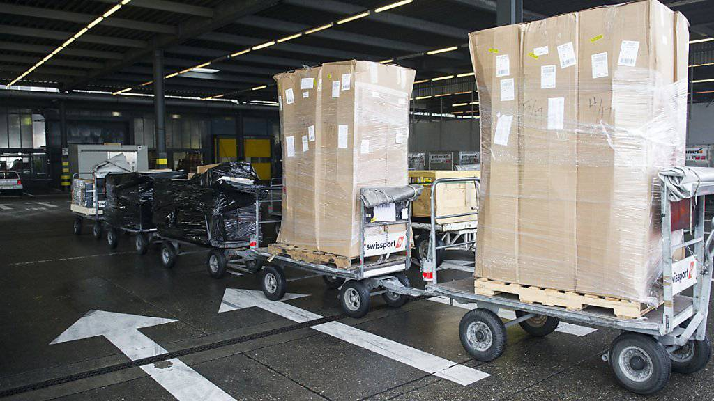 Blick in den Frachtverlad des Flughafen in Zürich. Die Exporte zogen im August erneut kräftig an. (Archiv)