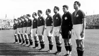Die Schweiz mit Captain Roger Bocquet und Goalie Eugène Parlier (von rechts) formiert sich auf der Lausanner Pontaise