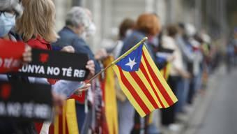 Demonstranten mit katalanischen Unabhängigkeitsfahnen protestieren in Barcelona gegen den Besuch des spanischen Königs Felipe. Foto: Kike Rincón/EUROPA PRESS/dpa