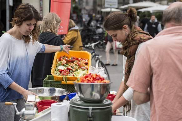 Gemeinsam Gemüse rüsten. Wer selber kocht, wirft weniger weg.