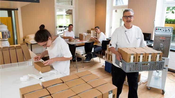 Im ehemaligen «Metropol» werden Lebensmittel nicht mehr gekocht, dafür aber hergestellt. Die Arwo-Mitarbeiter bei der Arbeit, während Gruppenleiter Heinz Ammann eine Kiste Teigwaren für den Abtransport bereitstellt.