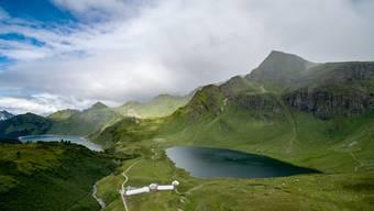 Der Cadagnosee (rechts) auf fast 2000 Meter über Meer lockt Forschende aus der ganzen Welt an.