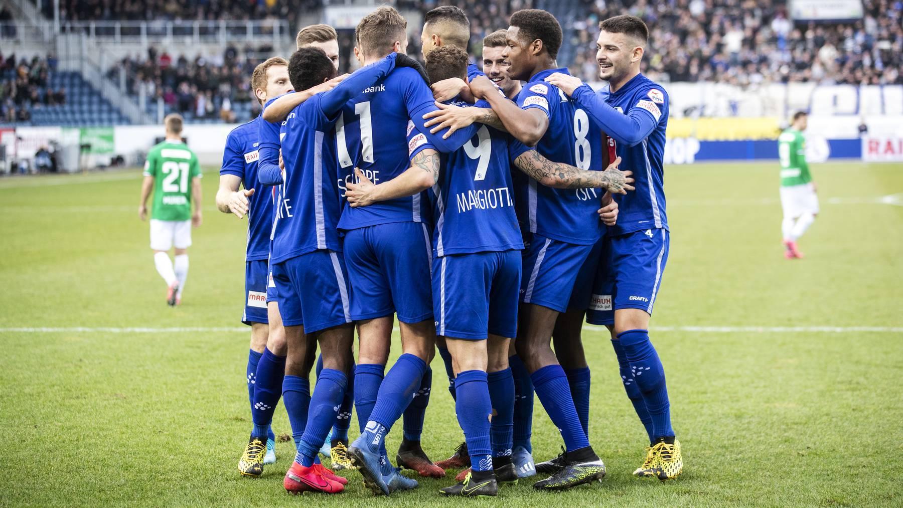 Die FCL-Spieler bejubeln ihren Sieg gegen St. Gallen