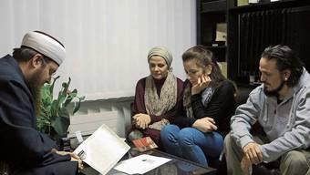 Miriam (2. von rechts) und Franco Lo Manto (rechts) konvertieren zum Islam.
