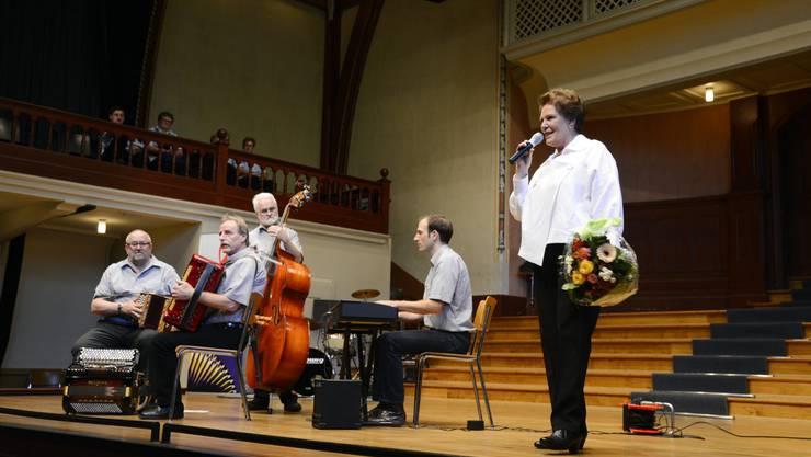 Moderatorin Theres-Ursula Beiner auf der Bühne