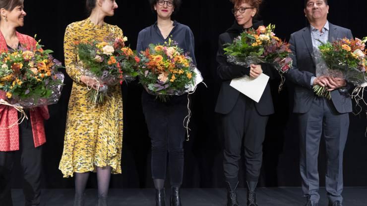 Sibylle Berg (zweite von rechts) hat den Schweizer Buchpreis gewonnen. Neben ihr nominiert waren Tabea Steiner, Simone Lappert, Ivna Žic und Alain Claude Sulzer (von links nach rechts). Der Hauptpreis ist mit 30'000 Franken dotiert; die Nominierten erhalten je 3000 Franken.