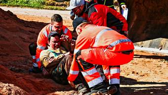 Die zukünftigen Feuerwehroffiziere bergen einen Schwerverletzten aus einer Gefahrensituation