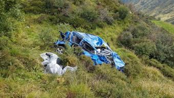 Bei dem Sturz in die Tiefe wurde der Lenker aus dem Fahrzeug geschleudert. Dabei zog er sich tödliche Verletzungen zu.