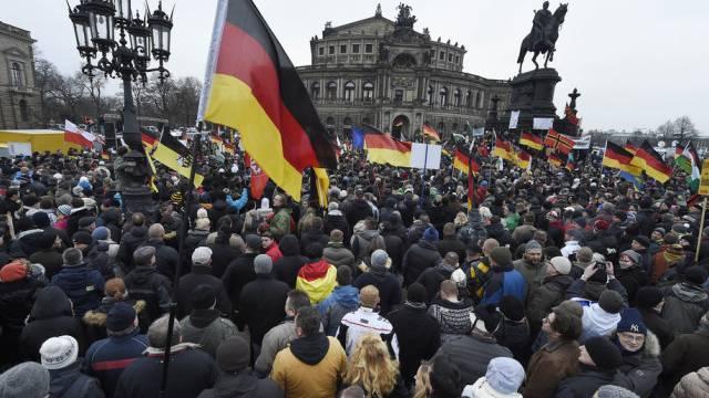 Pegida-Demonstranten mit Deutschlandfahnen in Dresden