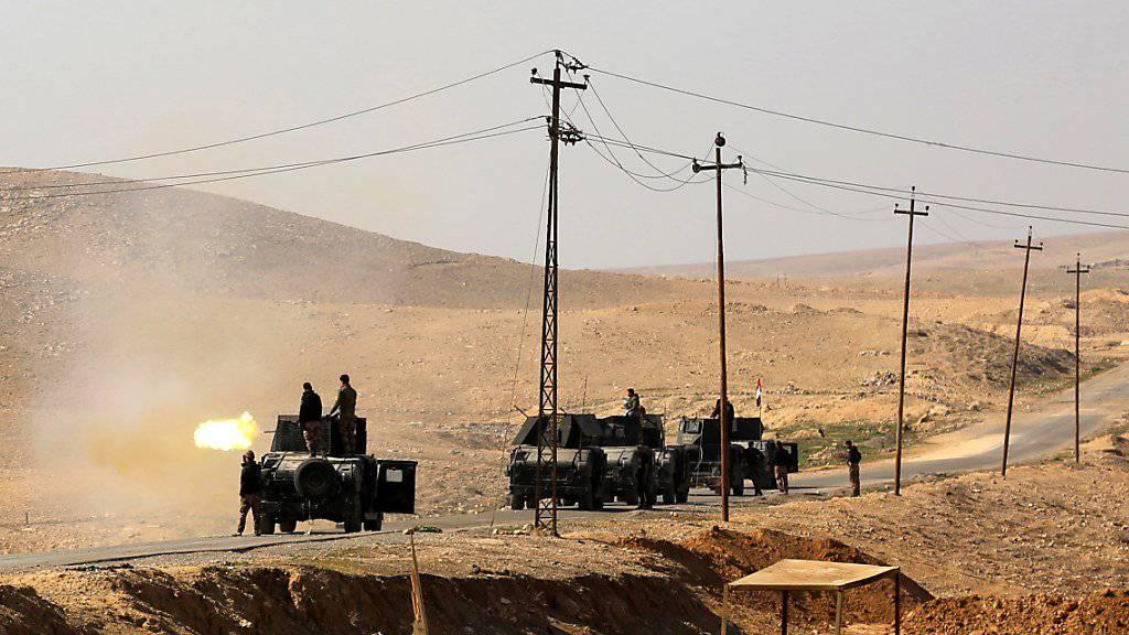 Irakische Soldaten bereiten sich auf den Sturm auf den Mossuler Flughafen vor. Der Flughafen wurde laut Medienberichten nun eingenommen.