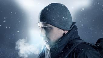 In der Atemluft sind auch Viren, wenn jemand infiziert ist.