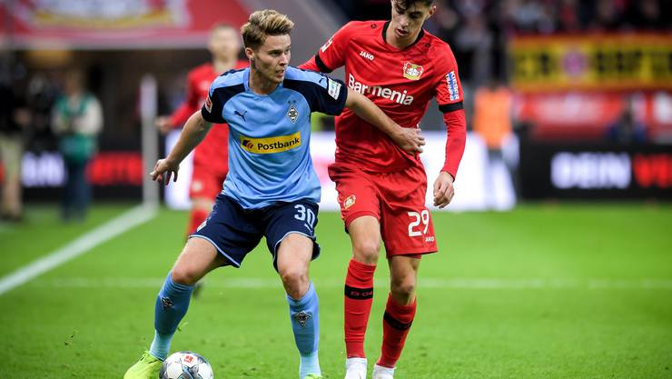 Nico Elvedi (links) in Action gegen Leverkusens Kai Havertz.