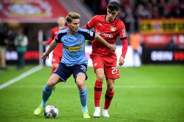 Nico Elvedi (links) in Action gegen Leverkusens Kai Havertz.