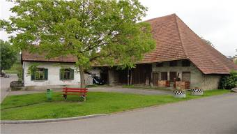 Dahli-Haus im Dorfzentrum mit dem Schumacherhüsli (links). (H.P.W.)