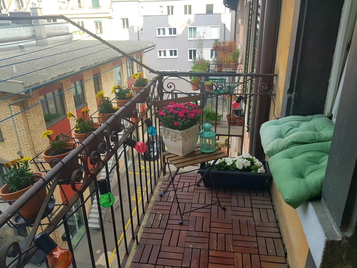 Dürfen wir vorstellen: Das ist der kleine aber feine Balkon von Nina Roost. (© Radio 24)