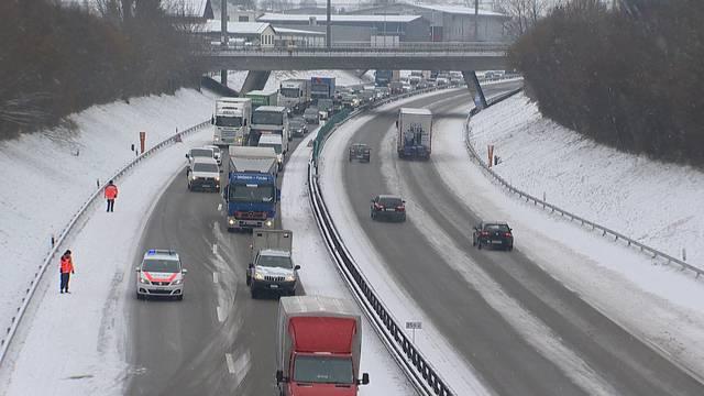 Schnee sorgt am 1. März für Chaos im Luft-, Bahn- und Strassenverkehr