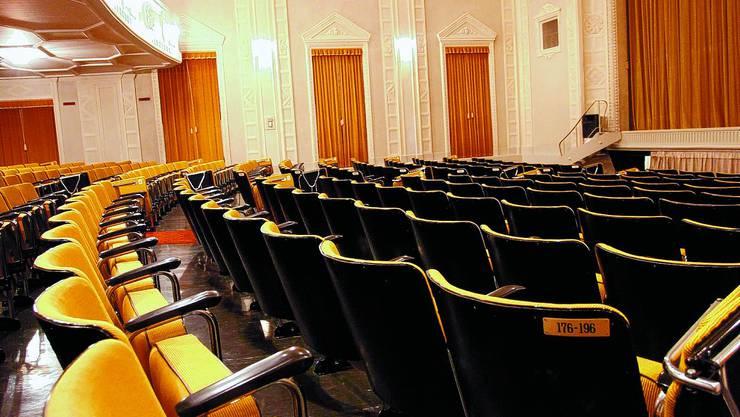 Theaterstühle: Die geringen Sitzabstände sind für grosse Menschen kaum zumutbar.
