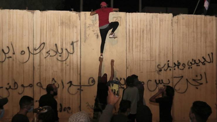 Im irakischen Kerbala versuchen Demonstranten, das iranische Konsulat zu stürmen. Bei den Ausschreitungen wurden drei Menschen getötet.