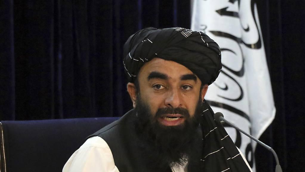 Sabiullah Mudschahid, Sprecher der Taliban, spricht während einer Pressekonferenz. Mudschahid gab einen Teil der Übergangsregierung der militant-islamistischen Taliban in Afghanistan bekannt.