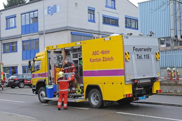 Chemiespezialisten der Feuerwehr prüften in der Folge die betroffene Halle...