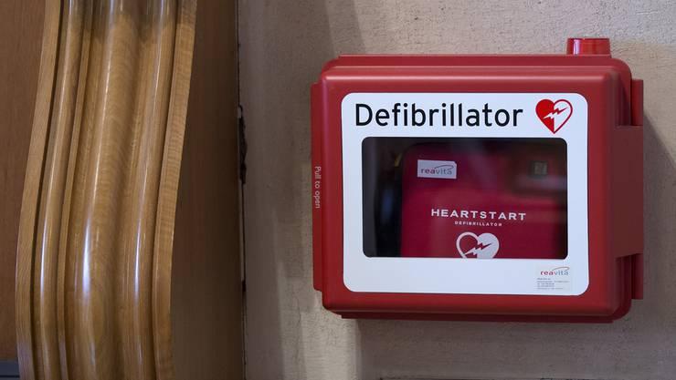 Ein Defibrillator kann Leben retten.