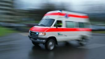 Der Verletzte wurde mit einer Ambulanz ins Spital gebracht. (Symbolbild). (Symbolbild)
