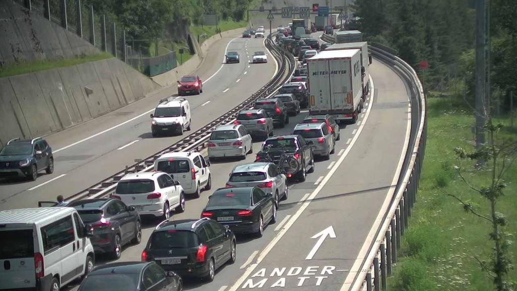 Der Verkehr steht vor dem Gotthard Schlange