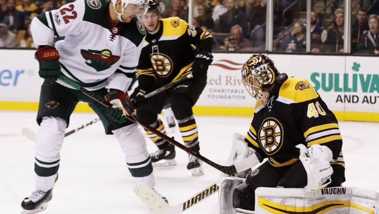 Nino Niederreiter im Duell mit Tuukka Rask, dem Torhüter der Boston Bruins