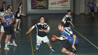Mit Jonas Affentranger (am Ball) schaffte der HCDU in der Saison 2007/2008 den Aufstieg in die Nationalliga B.