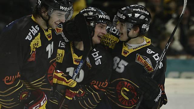 Berger, Scherwey und Kreis (v.l.) feiern das 1:0 für den SCB.