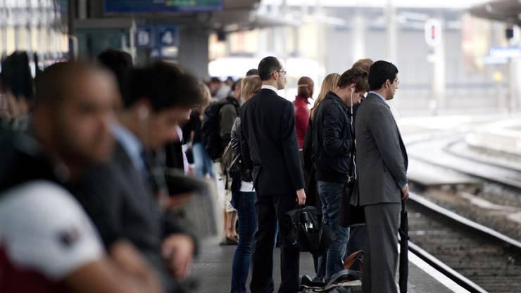 Zahlreiche Züge zwischen Bern und Lausanne fielen seit 13.10 Uhr aus. Die Reisenden mussten Umwege und Verspätungen in Kauf nehmen. (Archivbild)