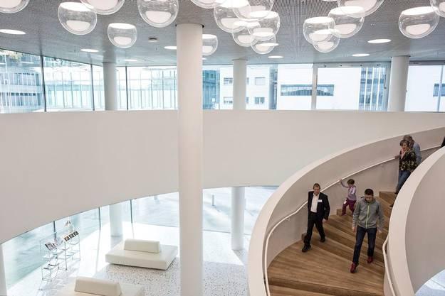 Ebenfalls Teil der Besichtigung ist die dreistöckige Kommunikationszone im 24. Stock.
