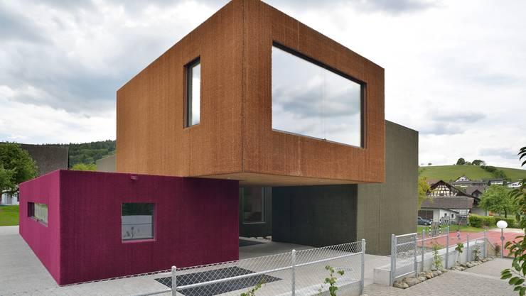 Anfassen erlaubt: Das Kindergartengebäude in Weiach hat eine Fassade aus Kunstrasen und soll bald auch Zurzibieter Kindern offen stehen.