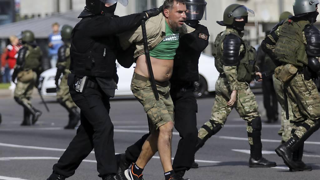 Bereitschaftspolizisten nehmen einen Demonstranten bei einem Protest der Opposition fest. Mehr als 250 Menschen sollen bei neuen Massenprotesten gegen den belarussischen Staatschef Lukaschenko festgenommen worden sein. Foto: AP/dpa