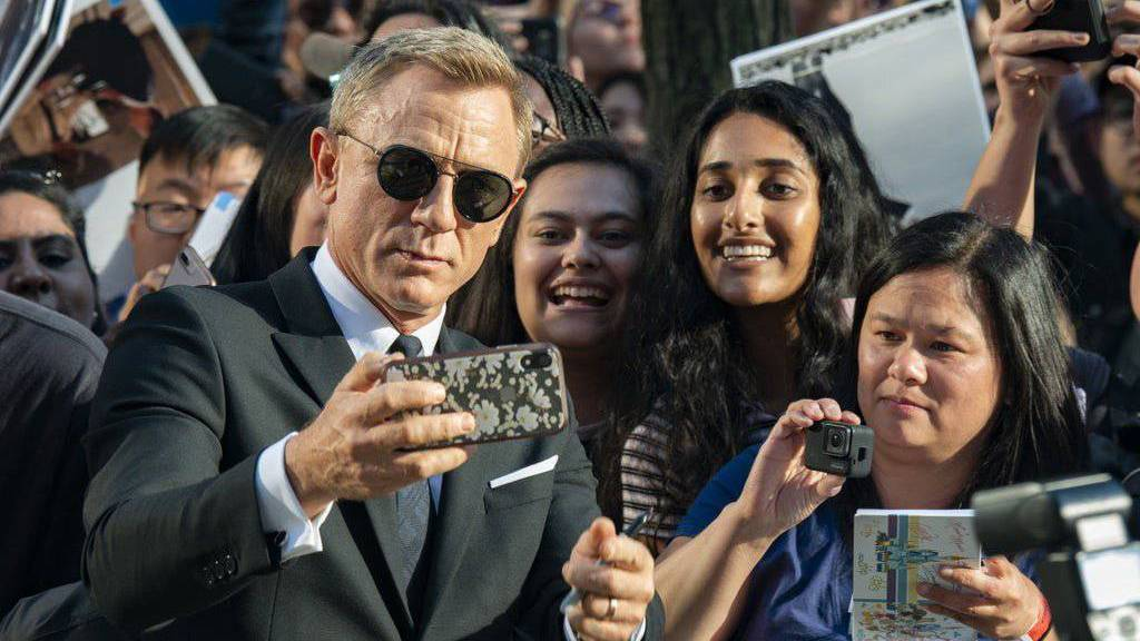 Wann kann Daniel Craig wieder mit Fans posieren und sich als James Bond selbst im Kino sehen?
