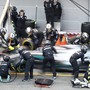 Arbeit für das Mercedes-Team: Der Silberpfeil von Lewis Hamilton hat am zweitletzten Testtag ein Problem mit dem Öl-Druck