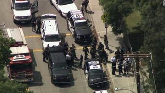 Diese Aufnahme soll das Polizeiaufgebot vor der Schule in der US-amerikanischen Stadt San Bernardino zeigen.