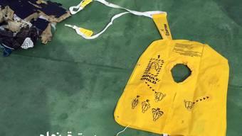 Eine Rettungsweste aus der abgestürzten EgyptAir-Maschine. Nun sollen die sterblichen Überreste der Opfer ihren Angehörigen übergeben werden.
