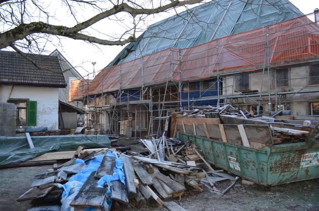 Äusserlich hat sich das Dahlihaus nicht verändert Eine Plane bedeckt das Dach, Baumaterial auf dem Vorplatz.