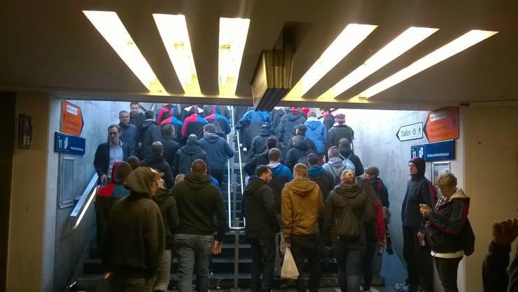 Die ersten Basler Fans verlassen den Bahnhof.