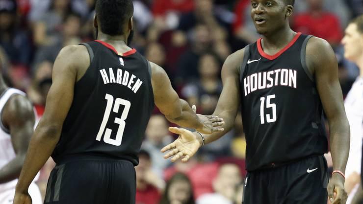 Clint Capela (rechts) klatscht mit seinem Teamkollegen und Topskorer James Harden ab. Beide erzielten gemeinsam 57 Punkte für die Houston Rockets beim 117:103-Sieg gegen Brooklyn