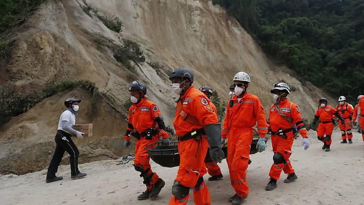 Mindestens 220 Menschenleben hat der Erdrutsch in Cambray gefordert - und die Suche nach Verschütteten geht weiter.