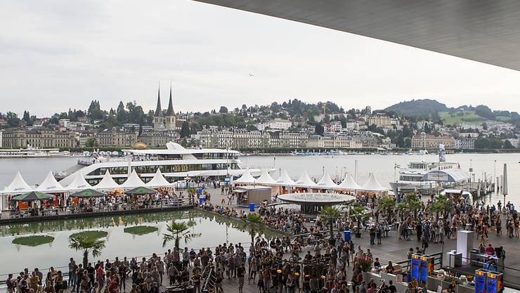 Trotz Regens gut gestartet ist das Blue Balls Festival rund um das Luzerner Seebecken. Das Festival dauert neun Tag und bietet 120 Events.