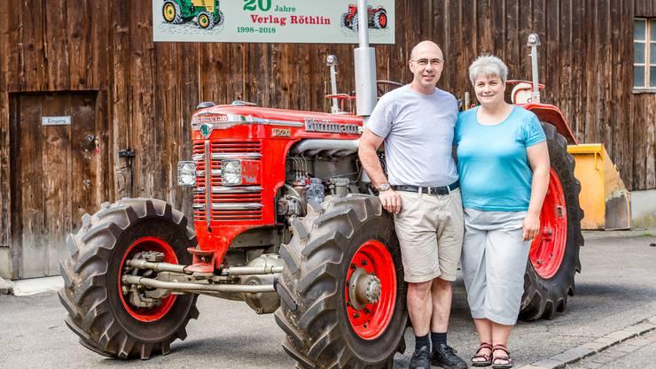 Gerold und Esther Röthlin vor ihrem Hürlimann D-210. Im Hintergrund die Scheune, in der am Wochenende eine der drei Festbeizen sein wird.