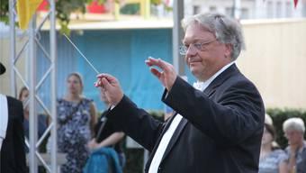Roman Brogli dirigiert am Stadtfest vor der Eisi-Bühne das Konzert der Stadtmusik Brugg.
