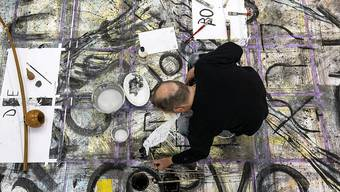 """Der Künstler Rainer Otto Hummel arbeitet für das Kunstprojekt """"WandnebenWand"""" in der Kunsthalle Luzern. (KEYSTONE/Alexandra Wey)"""