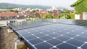 Grosse Hoffnungen ruhen auf der Sonnenenergie. Zahllose Dächer im Aargau (wie hier in Nussbaumen) eignen sich für entsprechende Solarmodule.