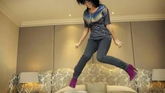 """Die US-Sängerin Katy Perry """"testet"""" die Matratze eines Hotelbetts (Symbolbild, Archiv)"""